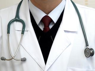 Pracują 36 godzin bez przerwy. Nie mają wyboru. Chciałbyś trafić do takiego lekarza?