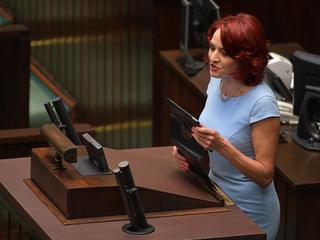 """""""Zdjęcie dnia"""". Posłanka PiS ucieka przed prostestującymi w Sejmie"""