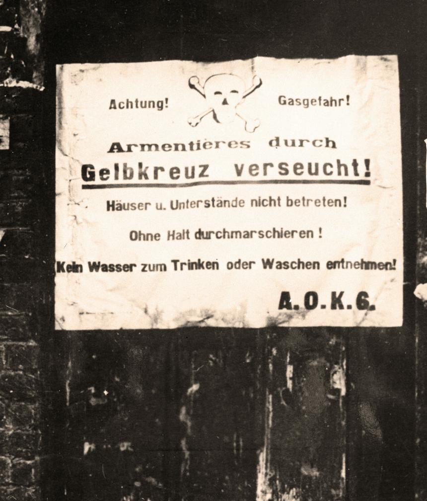 Niemiecki napis w okupowanej francuskiej miejscowości Amentieres ostrzegający przd gazem musztardowym. Mówi on, że miejscowość jest skażona.