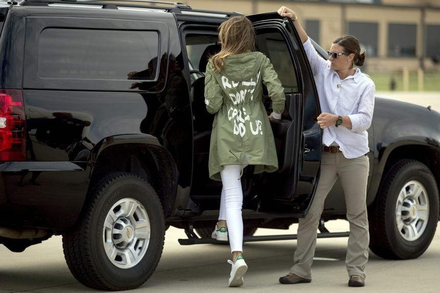 Niefortunna kurtka Melanii Trump podczas wyprawy do tzw. centrum rejestracji cudzoziemców w McAllen