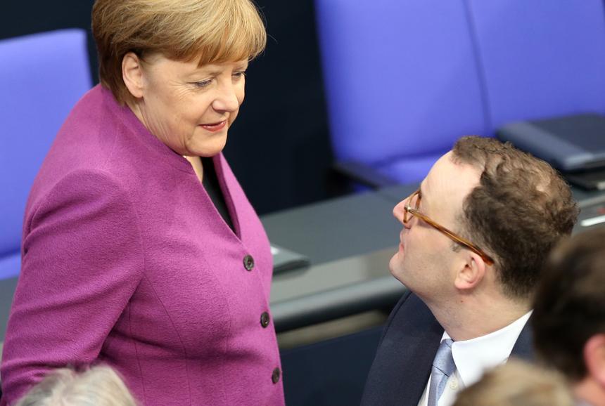 Luty 2018 roku. Rozmowa kanclerz Angeli Merkel z Jensem Spahnem, któremu marzy się przejęcie jej stanowiska