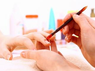 Czerń, metal i paski, czyli najnowsze trendy w manicure