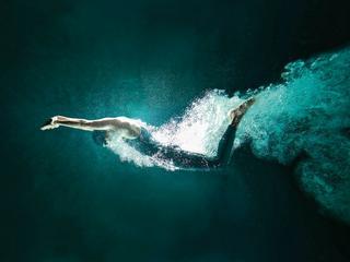 Dlaczego ludzie nie umieją instynktownie pływać?