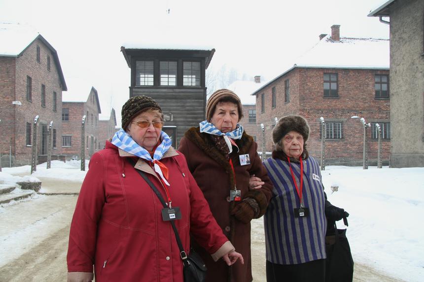 Zofia Wareluk urodzona w obozie i byłe więźniarki Barbara Doniecka i Jadwiga Bogucka podczas obchodów 68. rocznicy wyzwolenia KL Auschwitz w Oświęcimiu.