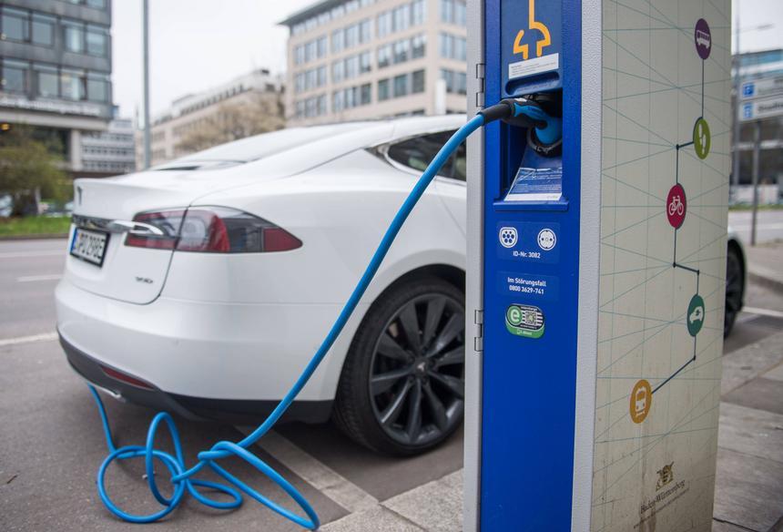 A Tesla S podłączona do stacji ładującej w Stuttgarcie w Niemczech. Land Badenia-Wirtembergia planuje do 2020 roku wystawić 2 tys. takich stacji.