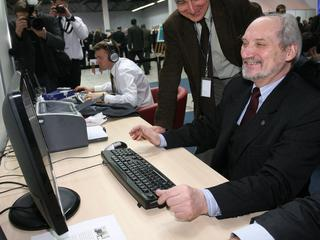 Macierewicz chce stworzyć dywizjon hakerów