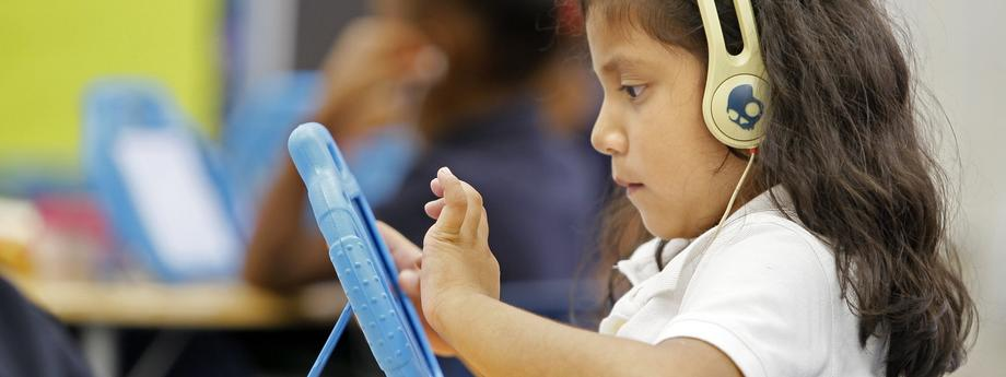 Tablet dziecko czytanie nowe technologie internet