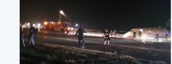 Lądowanie samolotu bez podwozia na lotnisku Chopina. Lot z Krakowa do Warszawy. Zdjęcie z Twittera Rafała Brzoski