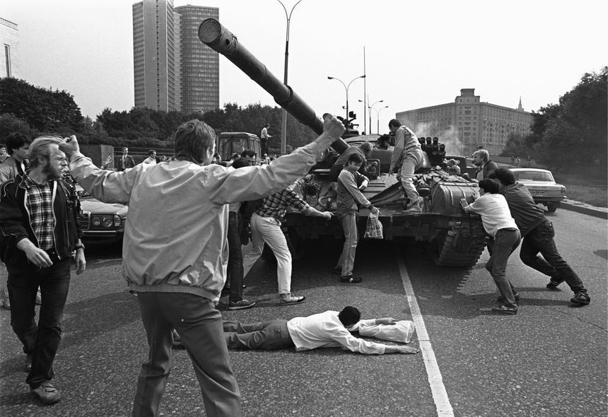 19 sierpnia 1991 r. Demonstranci próbują zatrzymać jadące czołgi.