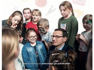 Lans plus. Premier Morawiecki na ulotkach rozdawanych uczniom
