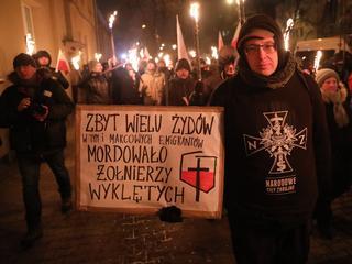 """Blokowanie przemarszu, wyrwanie flagi, dziwne zachowanie policji. """"Wyklęci"""" podzielili warszawiaków"""
