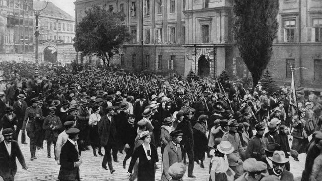 Russo Polish War 1920& Marching with fixed bayonets on their way to the front : the Polish women's legion passing through Warsaw on 14 August 1920& Russo-Polish war