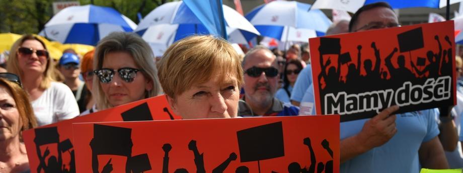 """Ogólnopolska manifestacja ZNP """"Mamy dość!"""". Nauczyciele domagają się podwyżek płac."""