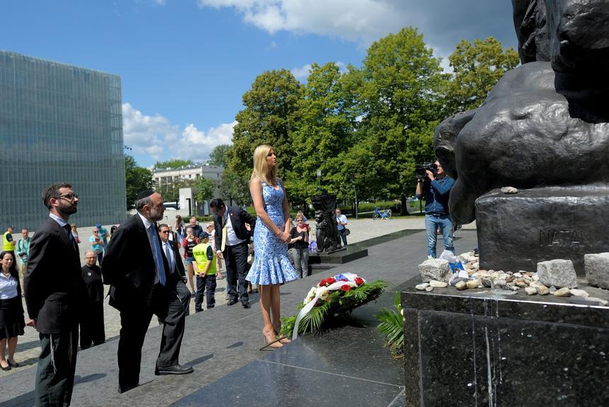 Córka prezydenta Stanów Zjednoczonych Ivanka Trump składa kwiaty przy pomniku Bohaterów Getta przed wejściem do Muzeum Historii Żydów Polskich Polin w Warszawie. Obok Naczelny Rabin Polski Michael Schudrich.