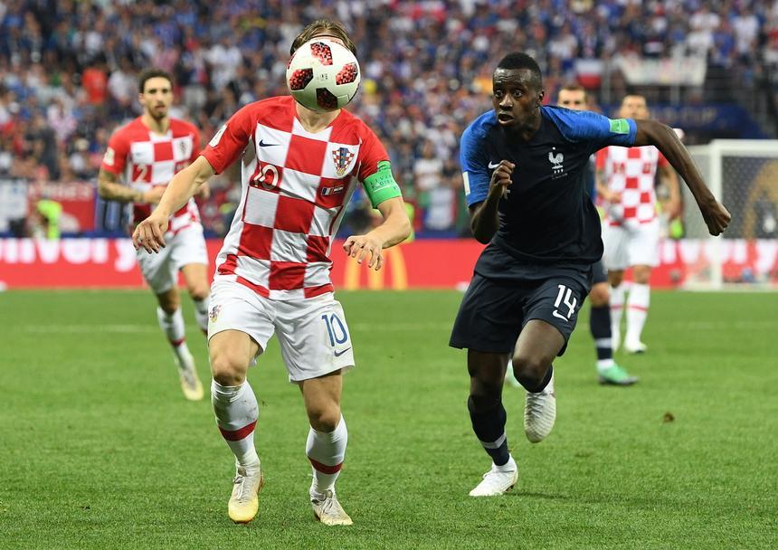 Luka Modric walczy o piłkę z Blaisem Matuidim