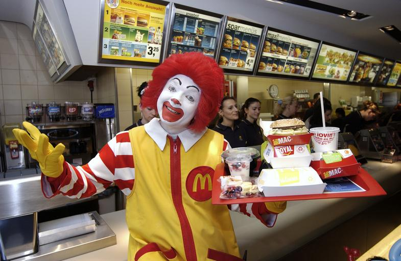 Maskottchen Ronald McDonald mit Men, McDonalds-Filiale Berlin