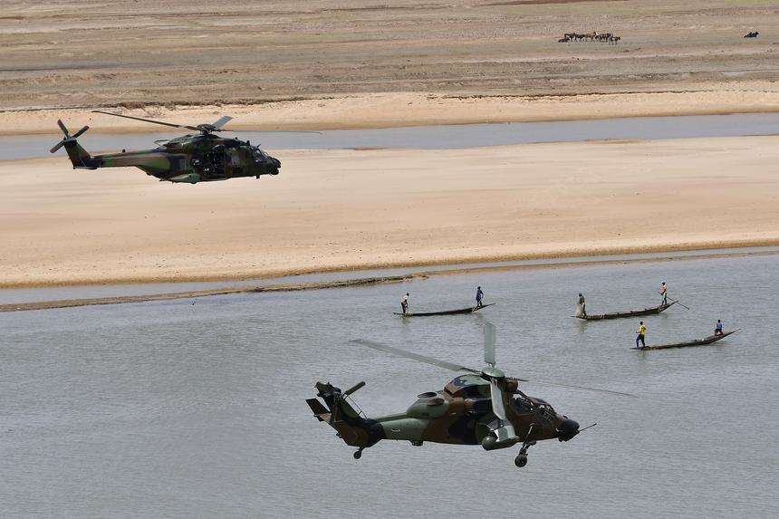 Francuskie śmigłowce eskortują prezydenta Emmanuela Macrona podczas inspekcji w bazach operacji antyterrorystycznej w Mali
