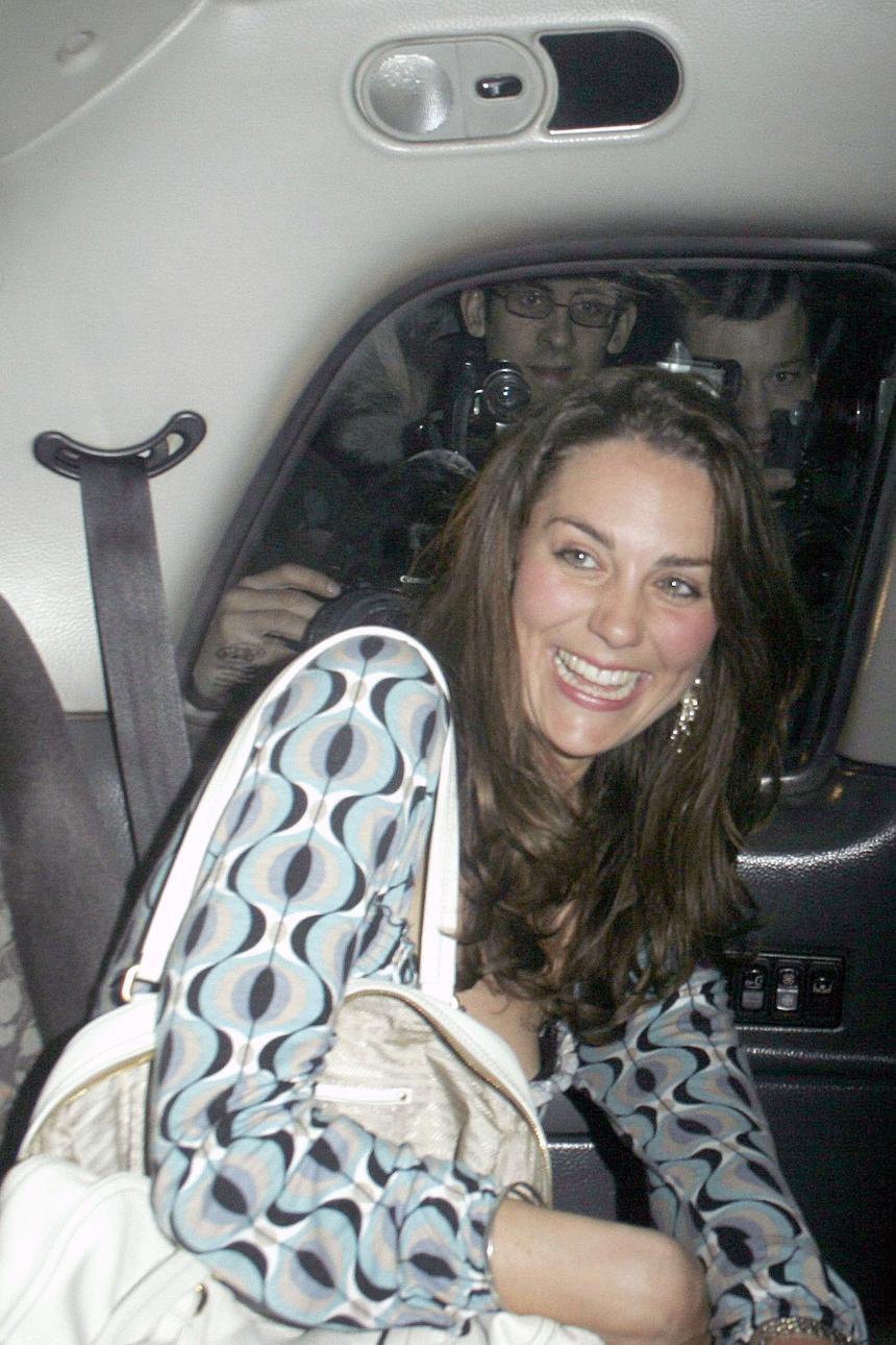 2007 rok. Kate Middleton złapana przez paparazzich podczas nocnego wyjścia z koleżankami do jednego z londyńskich nocnych klubów