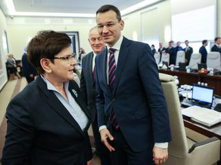 Mateusz Morawiecki celuje w fotel premiera, ale na razie daje się ogrywać jak dziecko