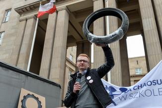 Rodzice i nauczyciele protestują przeciwko reformie Zalewskiej. Przynieśli opony