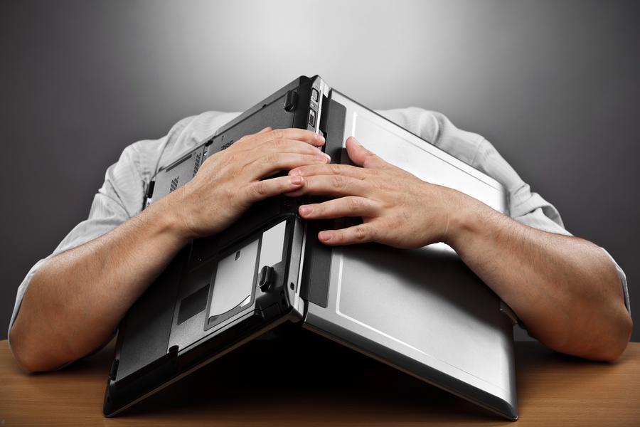 zmęczenie praca korporacja korpo pracownik laptop notebook załamany śpiący