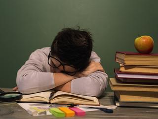 """""""Szkoła jak więzienie"""". Dlaczego system edukacji krzywdzi dzieci?"""
