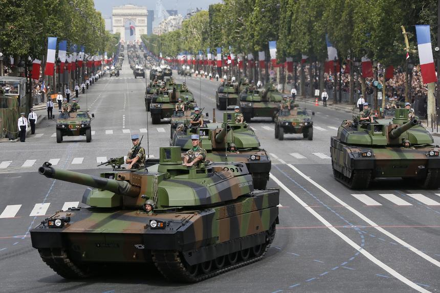 """""""Francuski czołg ma sześć biegów, w tym pięć wstecznych"""". Trudno o głupszy stereotyp. Na zdjęciu czołgi Leclerc na Polach Elizejskich"""