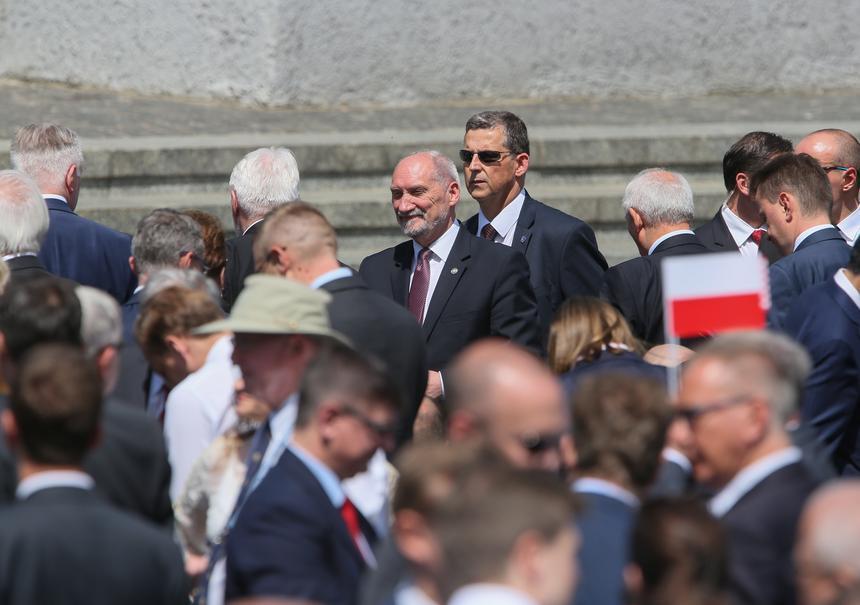 Minister obrony narodowej Antoni Macierewicz na pl. Krasińskich