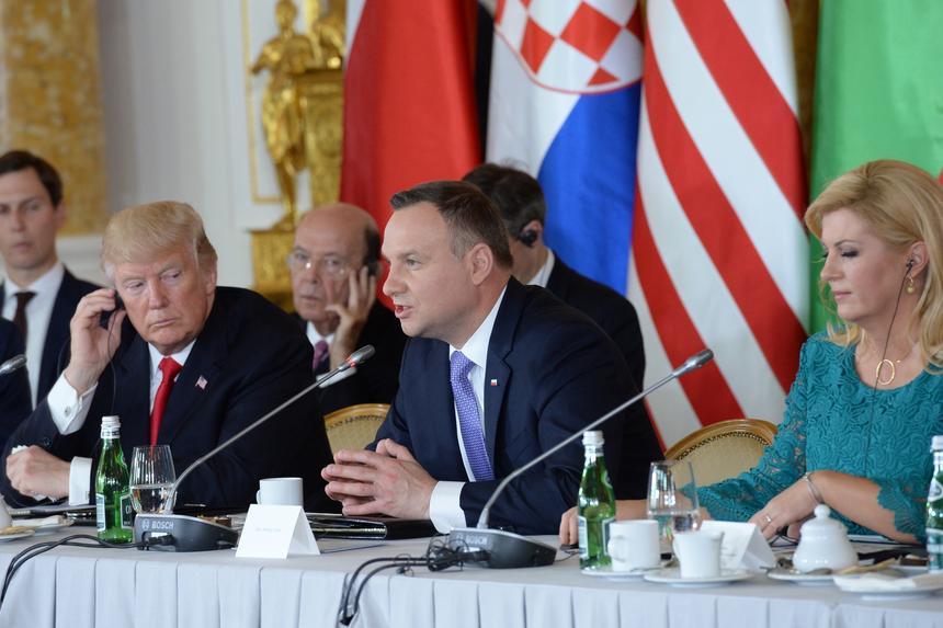 Prezydent Stanów Zjednoczonych Ameryki Donald Trump, prezydent RP Andrzej Duda i prezydent Chorwacji Kolinda Grabar-Kitarovic podczas sesji transatlantyckiej Szczytu Trójmorza na Zamku Królewskim w Warszawie.