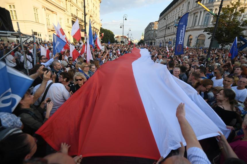 Protest przeciwko zamachowi PiS na sądy, zorganizowany przez Platformę Obywatelską przed Pałacem Prezydenckim
