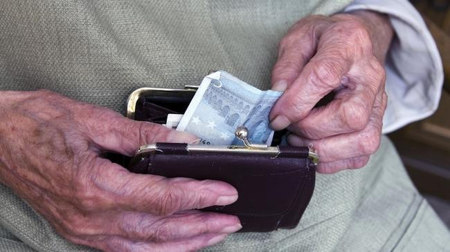 Pieniądze emerytów to łakomy kąsek dla firm. fot. Jens Kalaene/PAP/DPA.
