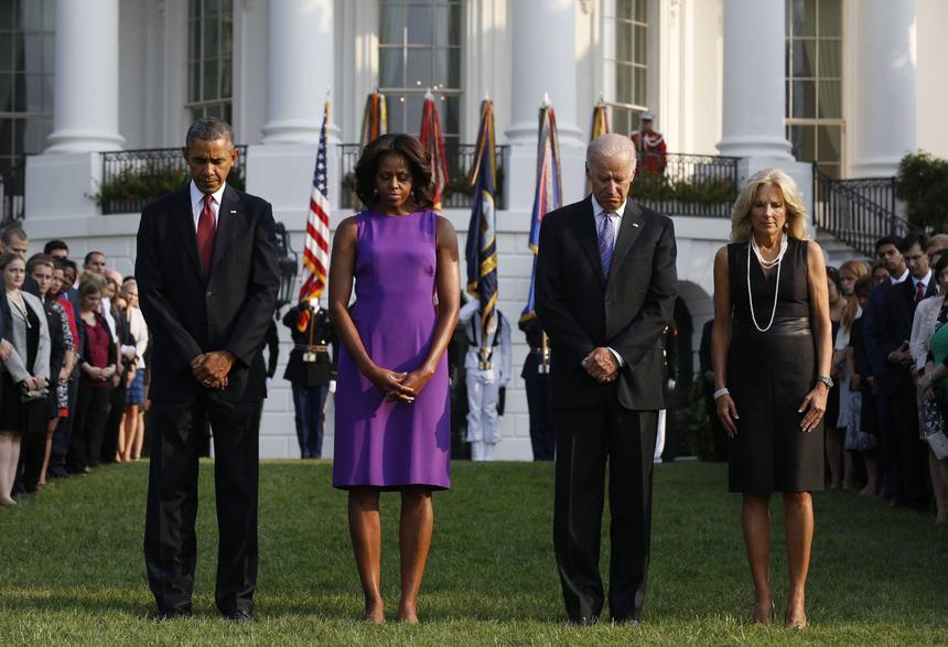 Barack Obama i Michelle Obama w czasie minuty ciszy.