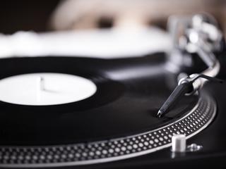 Zapomnij o mp3 i CD. Pomożemy ci wybrać dobry i stylowy gramofon