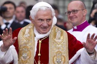 Dobry papież, zła kuria. Kulisy abdykacji Benedykta XVI