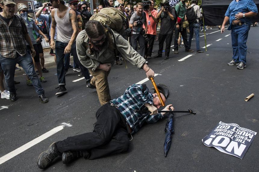 Starcia w Charlottesville. Jeden z kontrdemonstrantów zaatakował zwolenników białych nacjonalistów