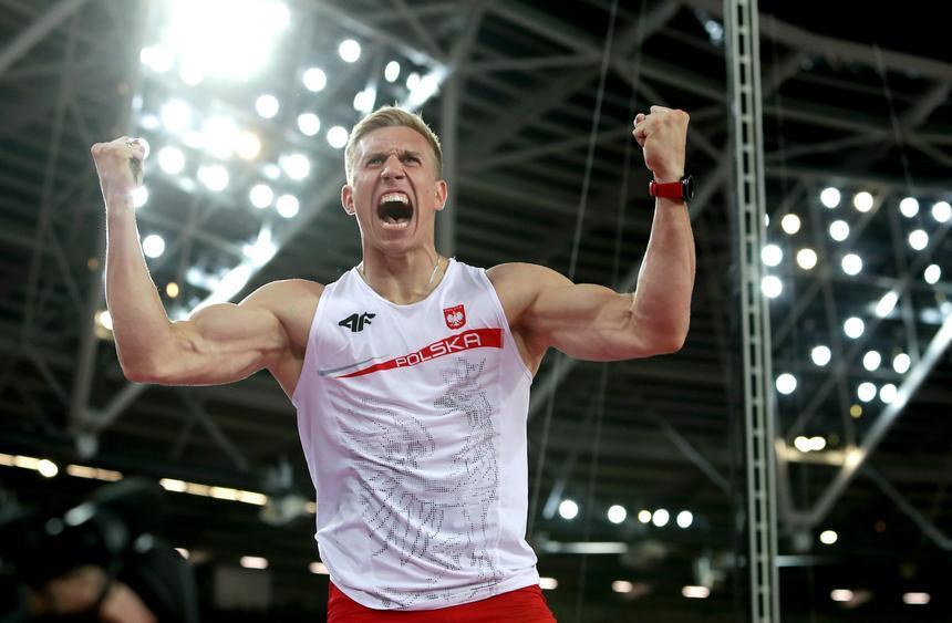 Polak Piotr Lisek cieszy się podczas finałowego konkursu skoku o tyczce na lekkoatletycznych mistrzostwach świata w Londynie.