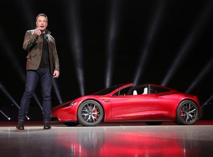 Elektryczny sportowy samochód marki Tesla