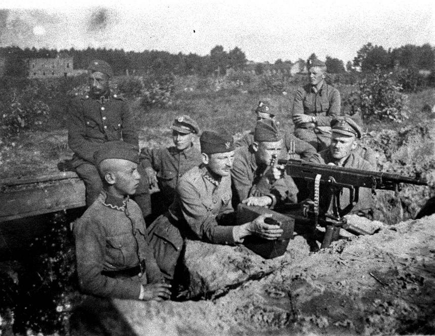 Żołnierze przy stanowisku polskich karabinów maszynowych podczas akcji w rejonie Radzymina, 1920 rok.