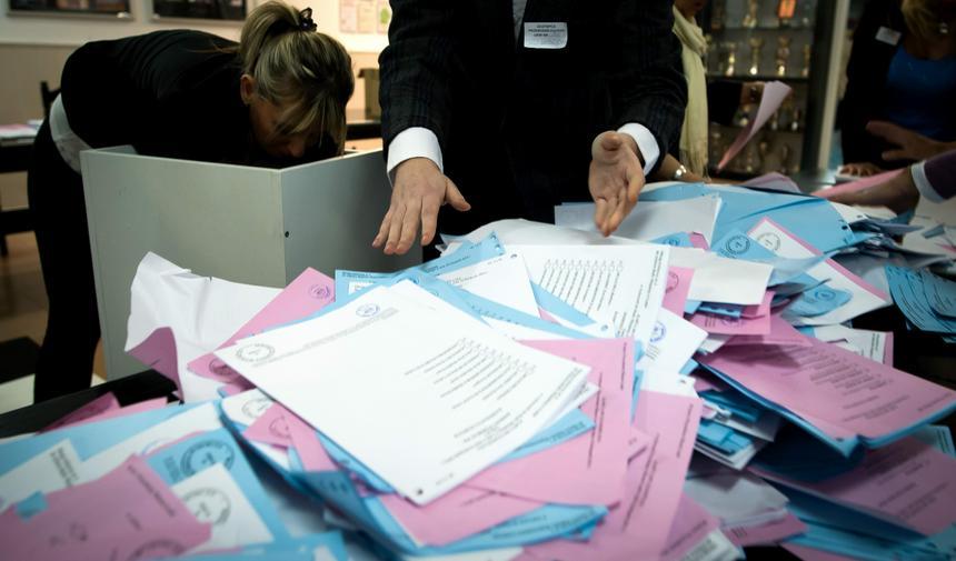 Członkowie komisji wyjmują karty z urny po zakończeniu głosowania w obwodowej komisji wyborczych nr 186 w Łodzi. W odbywających się, 16 bm. wyborach samorządowych Polacy wybierali radnych wszystkich szczebli samorządu, a także wójtów, burmistrzów i prezydentów miast.