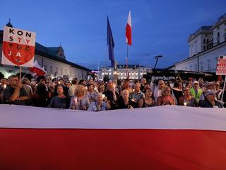 Łańcuchy Światła w całej Polsce. Tłumy na Krakowskim Przedmieściu