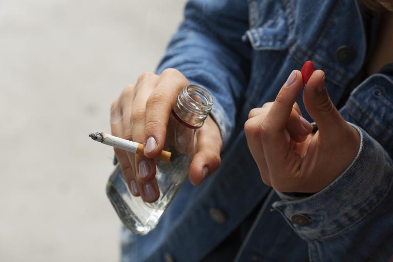 patologia alkohol wódka narkotyki papierosy