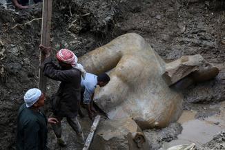 Posąg wyciągnięty z błota to nie Ramzes. Czyli kto?