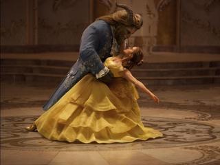 """Młoda kobieta czeka na księcia z bajki? W """"Pięknej i bestii"""" Disney odcina się od schematów"""