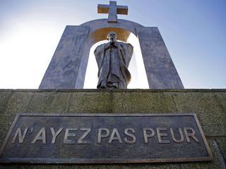 Dlaczego PiS na siłę nawraca Francuzów?