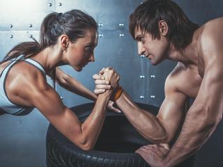 Kobieta czy mężczyzna? Kto właściwie jest silną płcią?
