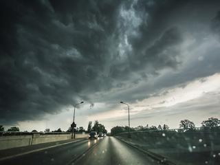 Zostańcie w domach! Nad Polską przechodzą niebezpieczne burze