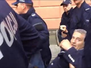Policja siłą usunęła blokujących miesięcznicę. Wywlekli Frasyniuka