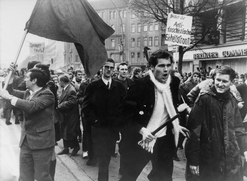 Demonstracja w Berlinie w związku z próbą zabójstwa Rudiego Dutschke, przywódcy niemieckiego ruchu studenckiego, 12 kwietnia 1968 roku.
