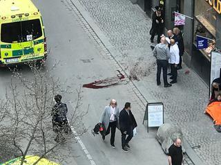 Ciężarówka wjechała w tłum w Sztokholmie. Cztery osoby nie żyją. Policja schwytała drugiego zamachowca