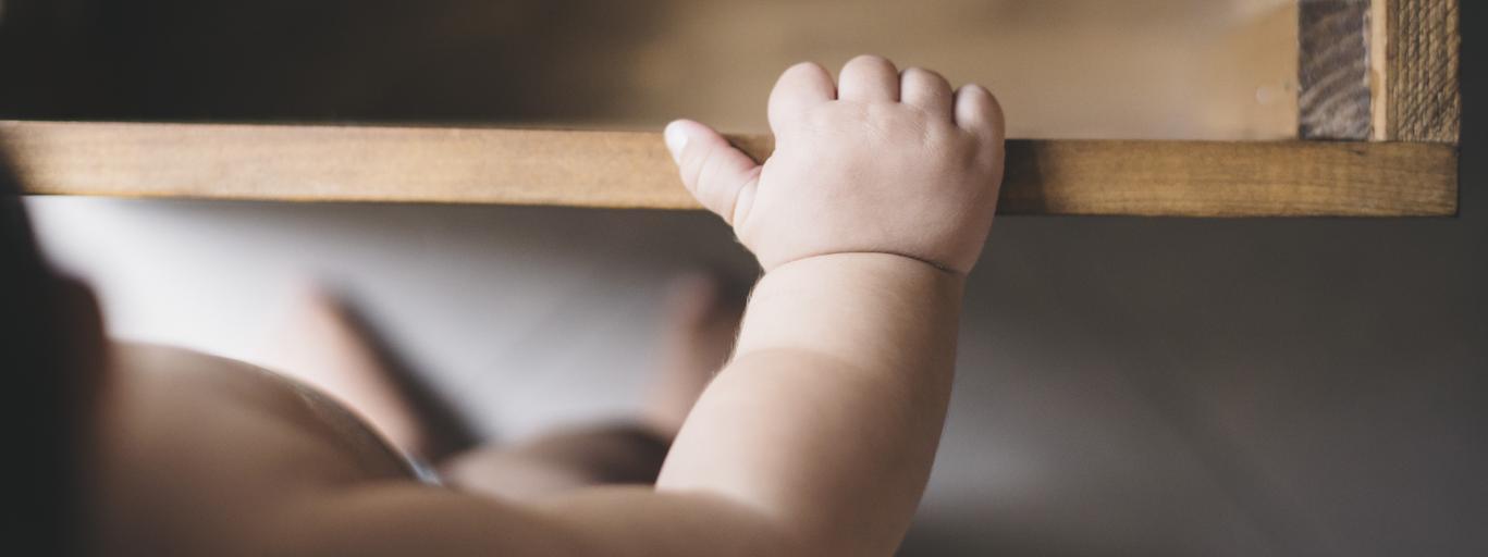 dziecko i prawa ręka